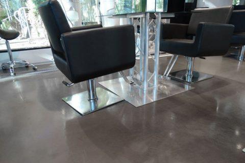 fotel-fryzjerski-betonowa-posadzk2