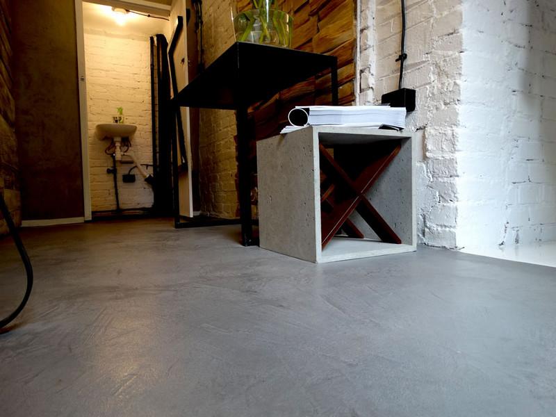 hall-lazienka-stare-cegly-betonowa-posadzka-d