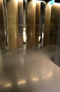 kabiny-wc-czarne-ciezkie-drzwi