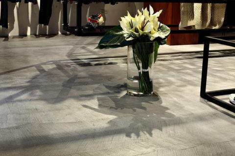kwiaty-na-betonowej-podlodze-d_cr