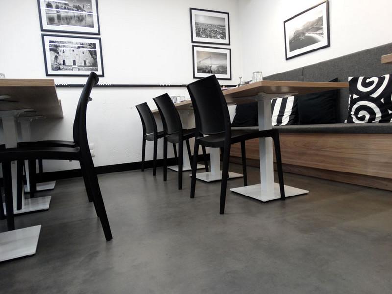 metalowe-stoly-platikowe-krzesla-betonowa-posadzka-d