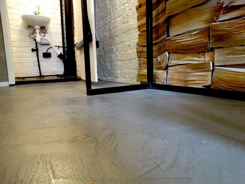 podloga-betonowa-drewno-nieheblowane-cegla-lazienka