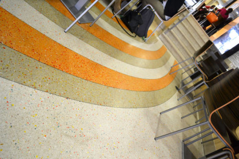 pomaranczowe-ecru-pasy-posadzka-betonowa-d