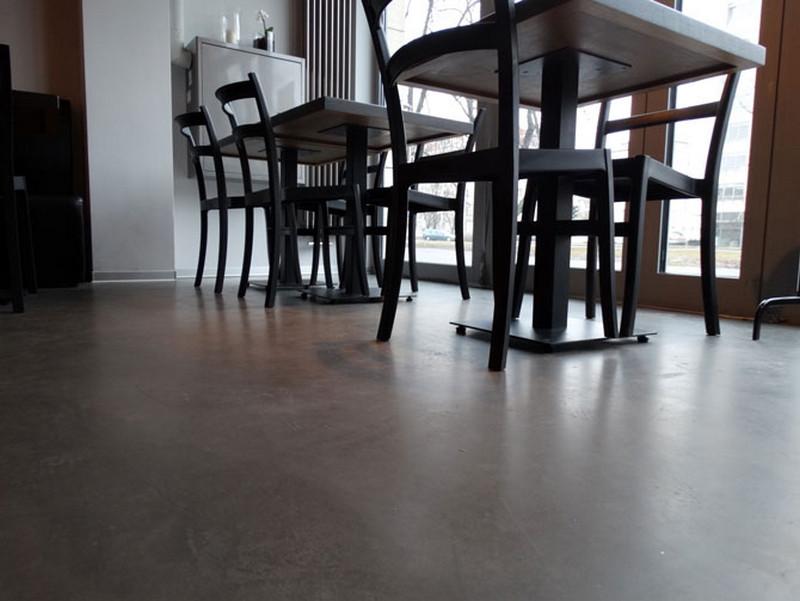 przeszklenie-witryna-stoliki-krzesla-ciemne