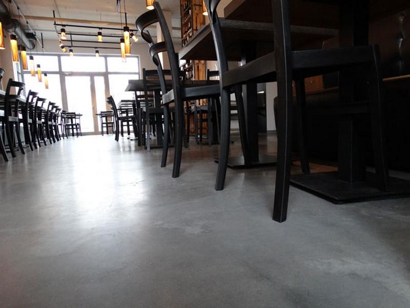 sala-restauracji-betonowa-podloga