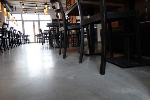 sala-restauracji-betonowa-podloga2