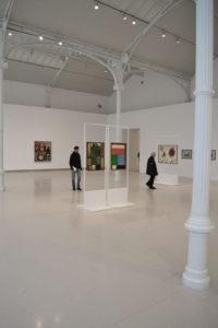 wysoka-industrialna-biala-sala-wystawowa-galeria
