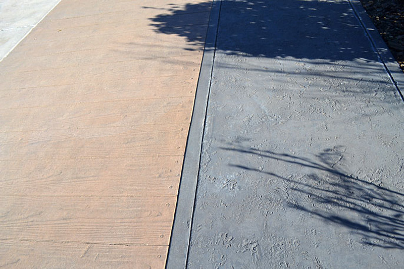 chodnik-drewno-beton-cien-drzewa