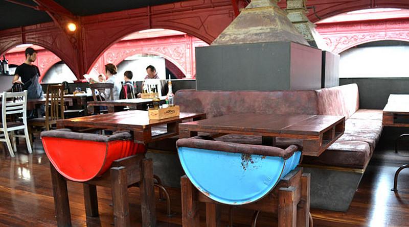 klub-krzesla-beczki-stoly-palety