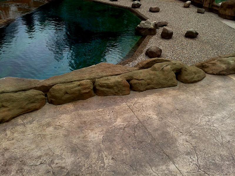 nawierzchnia-betonowa-plyta-kamienna-sadzawka