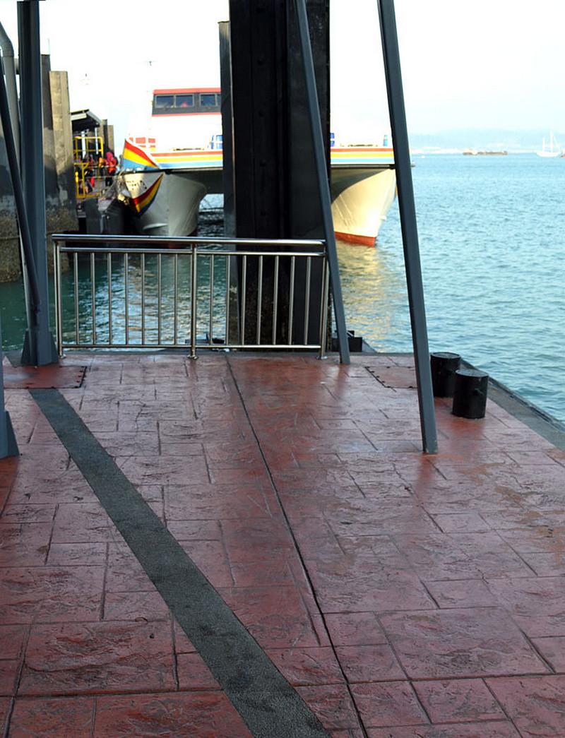 prom-przy-nabrzezu-dekoracyjny-ceglasty-beton