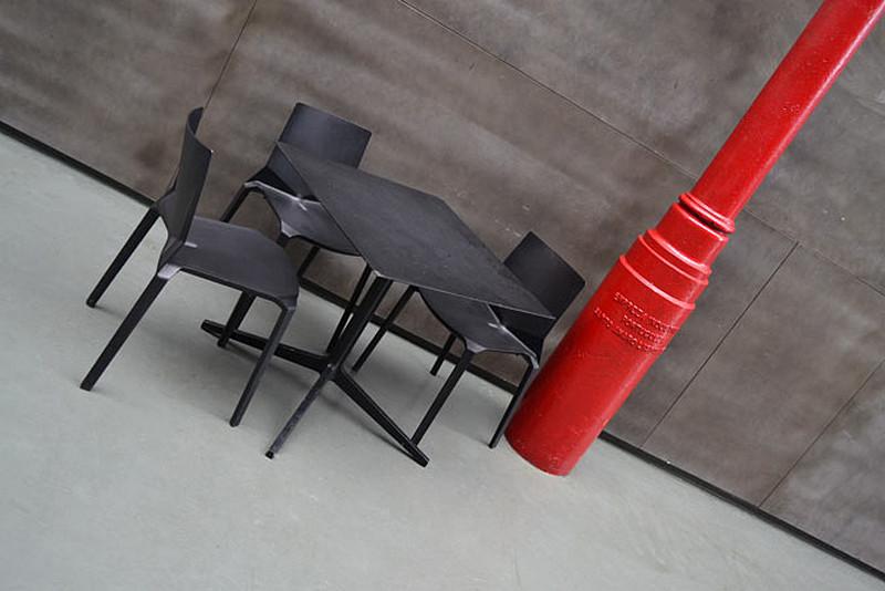 szara-podloga-stolik-klubowy-czerwony-slup