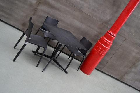 szara-podloga-stolik-klubowy-czerwony-slup_cr