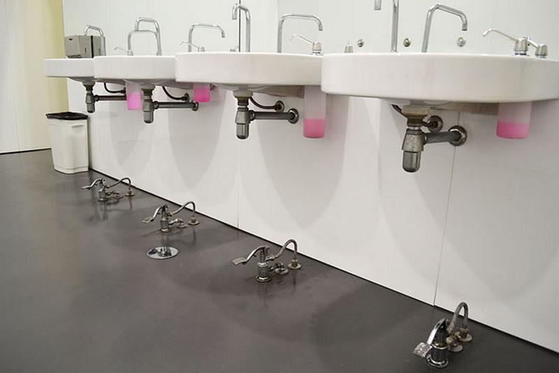 szara-zywica-umywalki-industrialna-lazienka