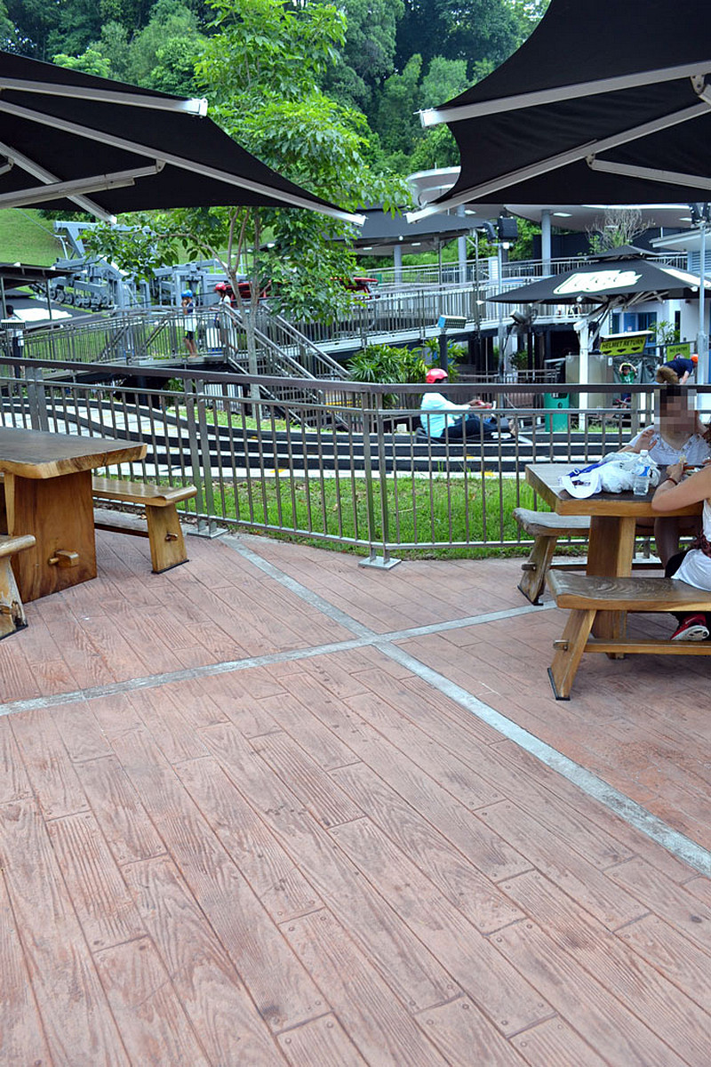 tor-saneczkowy-beton-drewnopodobny-parasole