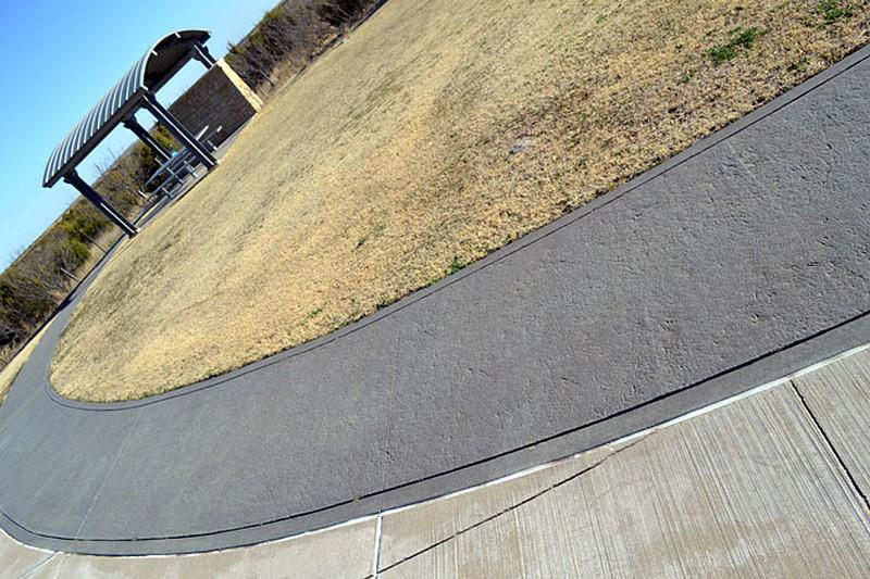 wiata-betonowy-chodnik